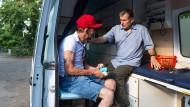 """""""Arzt der Armen"""": Trabert behandelt Obdachlose in seiner mobilen Praxis"""