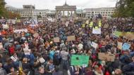 In Berlin sollen laut Angaben der Veranstalter rund 270.000 Menschen an der Demonstration teilgenommen haben.