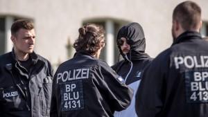 Polizei beschlagnahmt verbotene Symbole