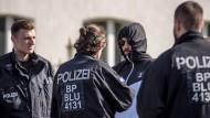 Polizisten durchsuchen Teilnehmer eines Neonazi-Festivals in Ostritz in Sachsen auf verbotene Gegenstände und Insignien.