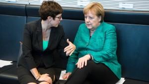 Kramp-Karrenbauer lobt Merkels Führungsstärke