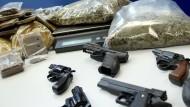 Illegale Waffen und Drogen werden im Internet ganz offen gehandelt. Für Fahndungserfolge wie im Jahr 2011 in Lübeck braucht die Polizei viel Glück.