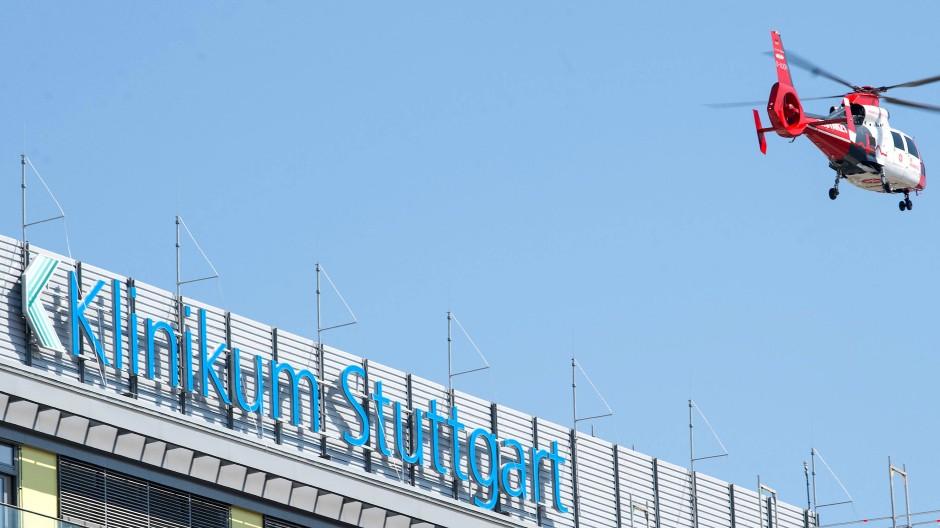 """Ein Rettungshubschrauber hebt neben dem Schriftzug """"Klinikum Stuttgart"""" vom Katharinenhospital aus ab. (Archivbild)"""