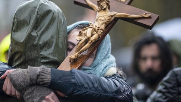 Augsburger Bischof gegen Verwendung religiöser Symbole