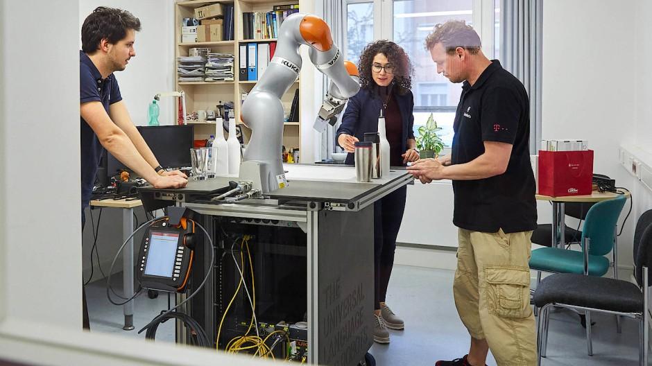 Blick in die Zukunft: Mitarbeiter am Zentrum für taktiles Internet in Dresden arbeiten mit einem Roboter