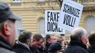 """""""Den öffentlichen Raum"""" verteidigen, das wollen die Teilnehmer der Demo des Vereins """"Zukunft Heimat"""" in Cottbus. Aber ist das wirklich notwendig?"""