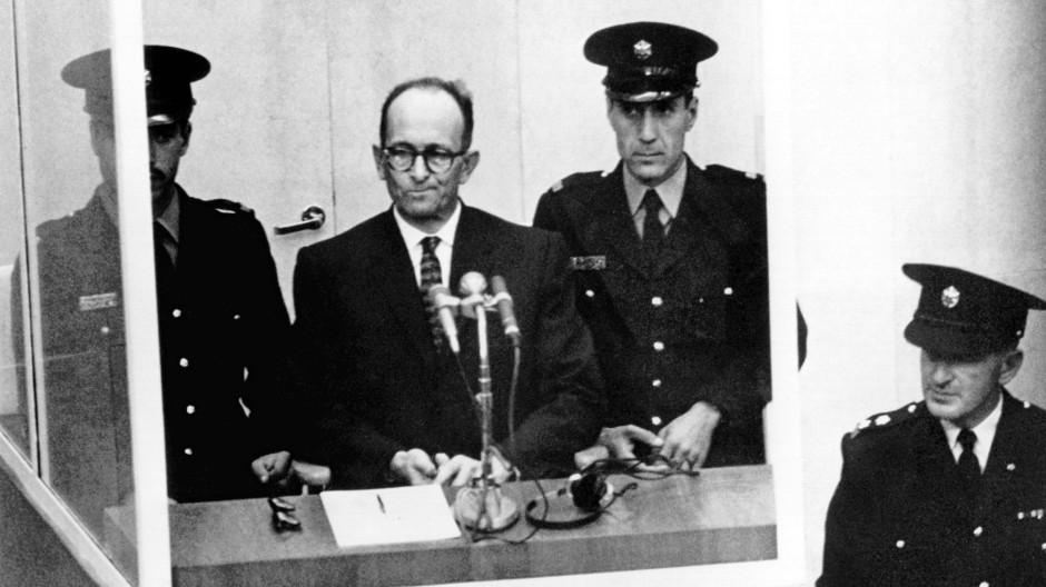 NS-Kriegsverbrecher Adolf Eichmann (2.v.l) steht während seiner Vernehmung am ersten Prozesstag, dem 11. April 1961, vor dem Bezirksgericht in Jerusalem.