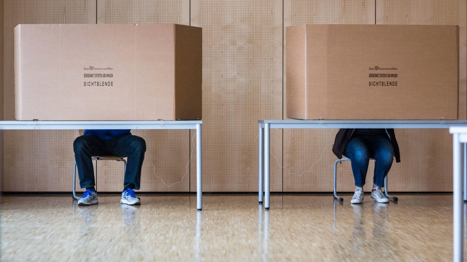 Die Kommunalwahl in Hessen fand trotz Pandemie wie geplant statt (Aufnahme von 2016 in einem Wahllokal in Frankfurt).