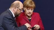 Bald Konkurrenten im Rennen um die Kanzlerschaft: Martin Schulz (l.) zeigt Angela Merkel etwas auf ihrem Smartphone