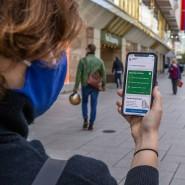 Alles im grünen Bereich? Eine Nutzerin in Frankfurt mit der Corona-Warn-App.