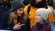 """Die deutsche Klimaaktivistin Luisa Neubauer und die Schwedin Greta Thunberg am Freitag bei einer """"Fridays for Future""""-Demo in Hamburg"""