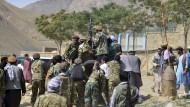 Milizionäre der Miliz von Massoud, Sohn von Shah Massoud, schieben Ende August ein Fahrzeug während einer Trainingsübung in der Provinz Pandschir.