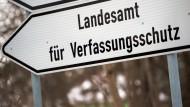 Das Landesamt für Verfassungsschutz in Sachsen soll einen AfD-Funktionär beschäftigen.