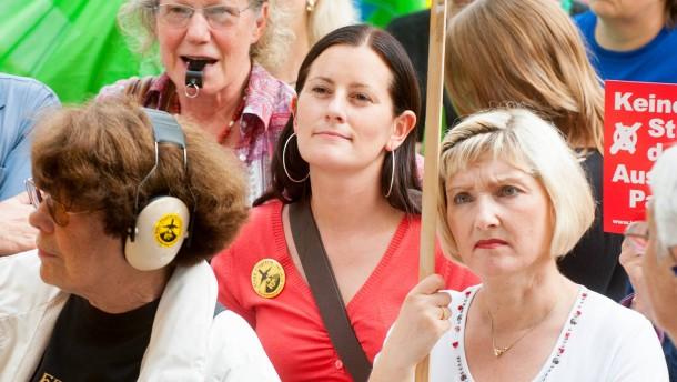 Janine Wissler - Die Spitzenkandidatin der Linkspartei marschiert an der Spitze eines Demonstrationszuges gegen den Ausbau des Frankfurter Flughafens.