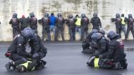 Bei einer Übung in Bochum mimen Statisten eine Schlägerei, die von Polizisten beendet wird. In der Realität passiert es sowohl bei Einzelpersonen, als auch in größeren Gruppen, dass Beamte Gewalt anwenden – und nicht zur Rechenschaft gezogen werden.
