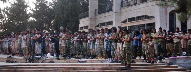 Dschihadisten des Islamischen Staates beten gemeinsam in Raqqa