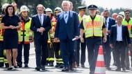 Bundesverkehrsminister Dobrindt (links) und Bayerns Innenminister Herrmann an der Unglücksstelle nahe Münchberg