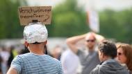 """Der """"Aluhut"""" will gegen Strahlung schützen, die Gedanken steuert, natürlich im Auftrag der Regierung. Wer einen """"Aluhut"""" aufzieht, dessen Gedanken sollen frei sein – wie bei diesem Demonstranten in Stuttgart."""