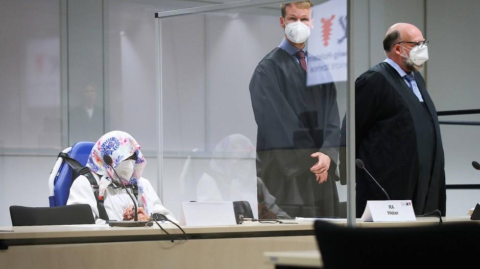Irmgard F. am Dienstag mit ihren Anwälten in Itzehoe