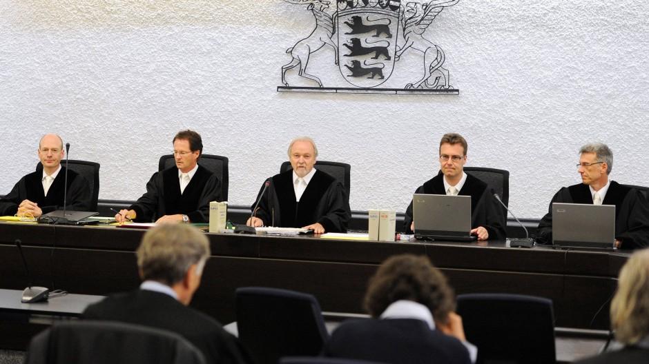 Im Prozess gegen die ehemalige RAF-Terroristin Verena Becker (Mitte, vorn) hat die Bundesanwaltschaft mit ihrem Plädoyer begonnen