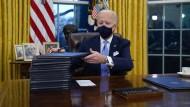 Joe Biden an seinem ersten Tag im Oval Office
