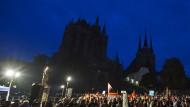 Protest im Dunkeln: AfD-Anhänger müssen im Oktober 2015 vor einem dunklen Erfurter Dom demonstrieren – der katholische Bischof Ulrich Neymeyr ordnete das Ausbleiben der Lichter als Protestzeichen an.