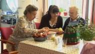 Demenzkranke und ihre Angehörigen sollen mehr Hilfe bekommen. Das Kabinett hat am Mittwoch die Reform der Pflegeversicherung gebilligt.