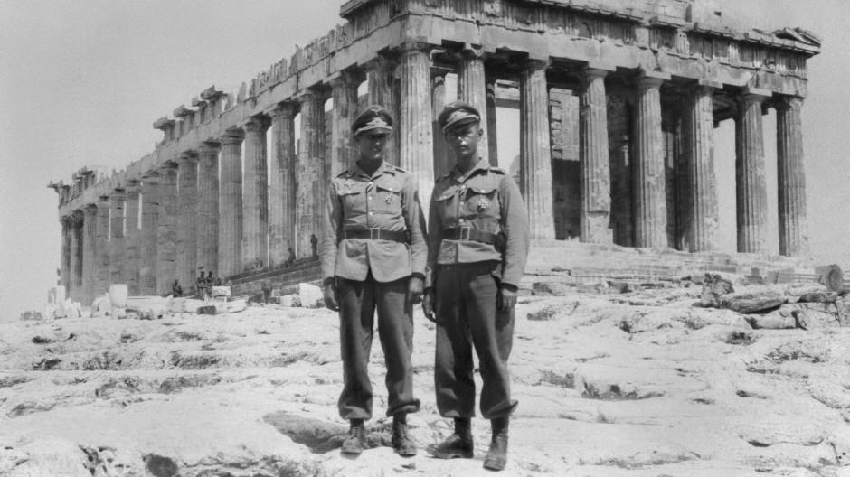 Deutsche Fallschirmjäger um 1941 vor dem Parthenon-Tempel auf der Akropolis in Athen