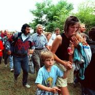 19. August 1989: DDR-Flüchtlinge mit ihren Kindern gehen durch das geöffnete Grenztor von Ungarn nach Österreich.