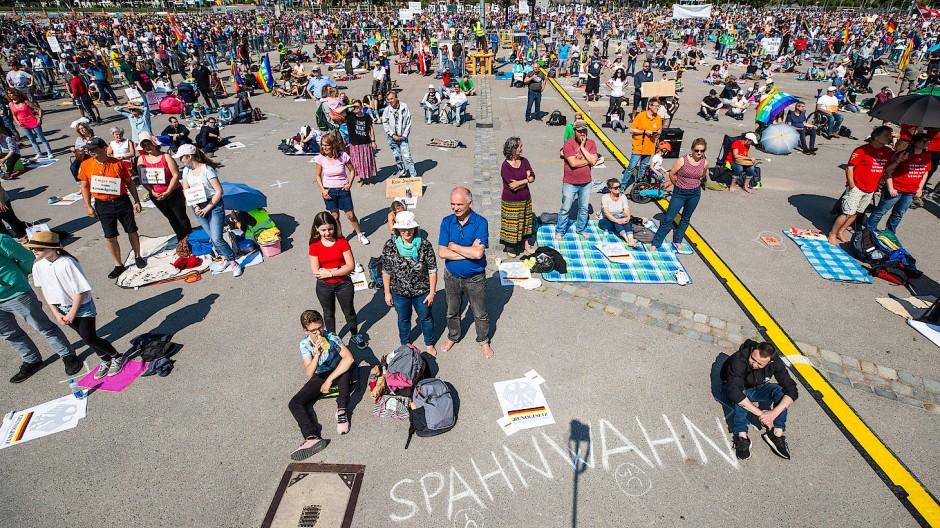 Misstrauen gegen Corona-Politik: Demonstranten am 16. Mai in Stuttgart