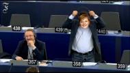 Abgeordneter mit Merkel-Maske