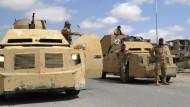 Syrische Regierungskräfte vor gepanzerten Fahrzeugen am Sonntag in den antiken Ruinen von Palmyra.