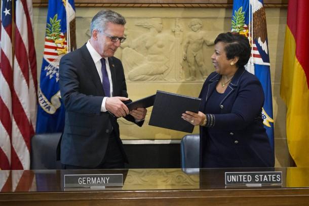 """Thomas de Maizière und die amerikanische Justizministerin Loretta Lynch unterzeichnen ein """"Memorandum of Understanding""""."""
