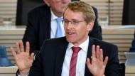 05.09.2018, Daniel Günther (CDU), Ministerpräsident von Schleswig-Holstein, sitzt im Landtag bei einer Debatte über das Thema Asylrecht und die Abschiebung von Fachkräften in der Regierungsbank.