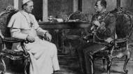 Mussolini und Papst Pius XI in dessen Bibliothek im Februar 1932