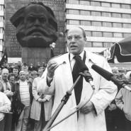 Gregor Gysi, der damalige Vorsitzende der Partei PDS/Linke Liste im Bundestag, spricht im Mai 1994 vor dem Karl-Marx-Denkmal im sächsischen Chemnitz.