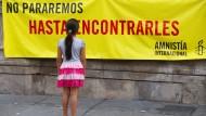 Ein Mädchen vor einem Banner Amnesty Internationals am 10. Mai 2016 in Mexiko