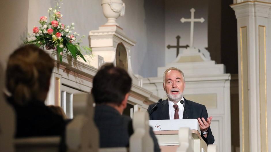 Zum 30. Jahrestag der Vereinigung spricht Markus Meckel in der Kirche in Waren an der Müritz.