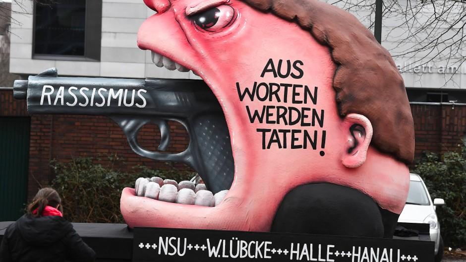 Karneval, aber ganz und gar nicht zum Lachen: Motivwagen aus Düsseldorf 2020.