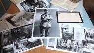 Die undatierte Aufnahme zeigt eine Auswahl von Fotografien über den Ersten Weltkrieg aus dem Bestand des Stadtarchivs Eisenach.