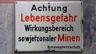 Warnschild vor sowjetischen Minen ist am 20.02.2015 in der Gedenkstätte Point Alpha zu sehen.