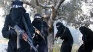 Ein Propagandavideo der IS-Miliz zeigt verschleierte Frauen mit Gewehren, die angeblich der Al-Chansaa-Brigade angehören. Es ist eine IS-Kampfeinheit, die nur aus Dschihadistinnen besteht.