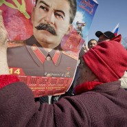 Frau mit Stalin-Porträt bei einer Kundgebung in Sewastopol nach der Annexion der Krim