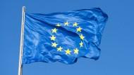 Eine Fahne der EU weht am 5. Dezember 2012 auf dem Bundestag in Berlin