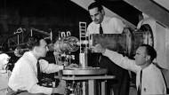 Am Nuklear-Mikroskop: Robert Hofstadter und Mitarbeiter (1955)
