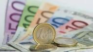 Euro-Banknoten und Euro-Münzen, aufgenommen am 3. Januar 2014 in Frankfurt