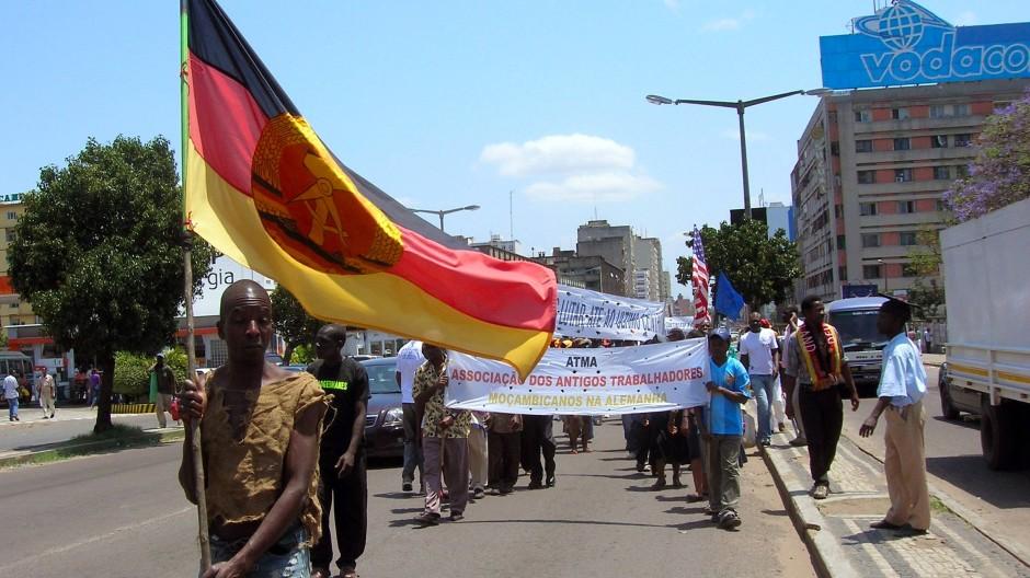 Mit DDR-Fahnen demonstrieren Ex-Gastarbeiter aus Moçambique im Oktober 2010 in Maputo.