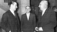 Bundesinnenminister Gerhard Schröder (CDU) und Direktor Paul Franken (rechts) im Jahr 1957