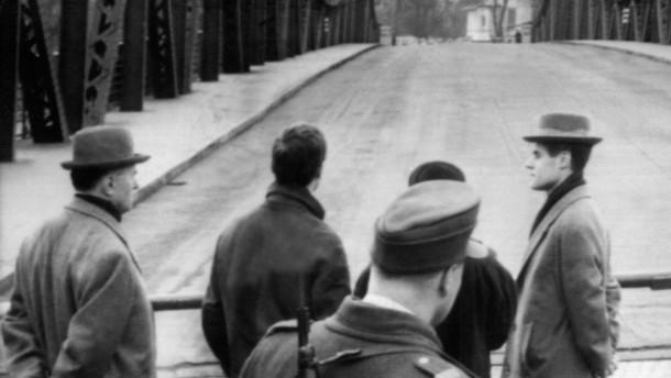 Vor einem Agentenaustausch: Glienicker Brücke im Februar 1962. Foto dpa