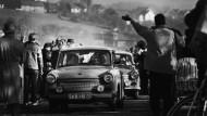 DDR-Bürger in Trabant-Autos zwischen Obersuhl und Untersuhl am 12. November 1989